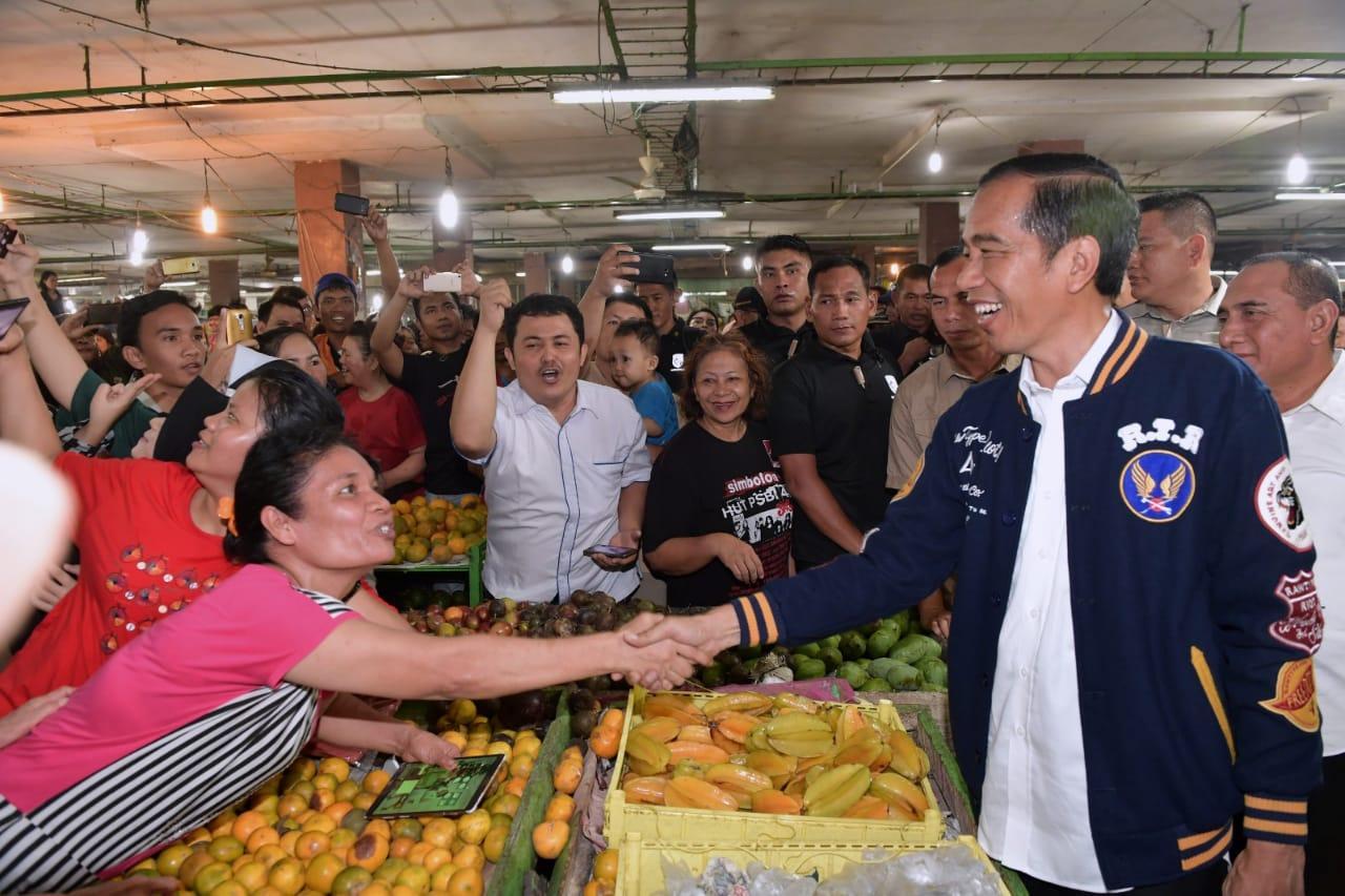 Presiden Blusukan ke Pasar Petisah Beli Teri Medan