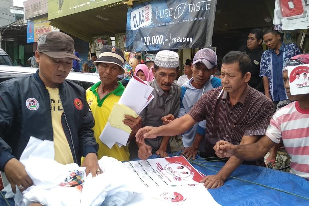 Relawan Jokowi-Ma'ruf Amin Bagikan 10 Ribu Kaos, Kalender Dan Stiker di Pamekasan