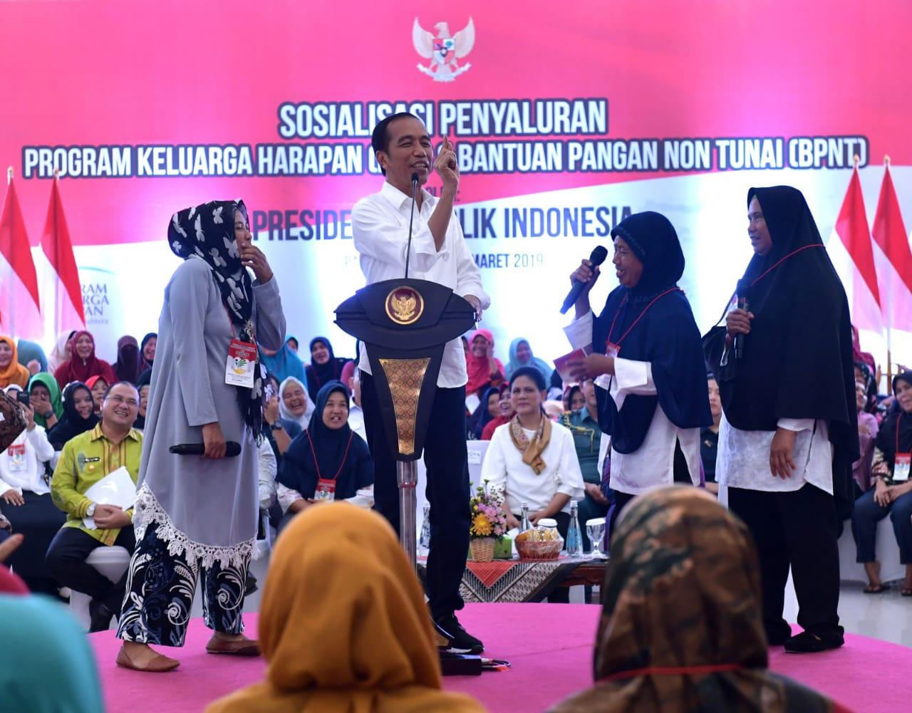 Presiden Jokowi Salurkan Bantuan PKH di Pangkalpinang