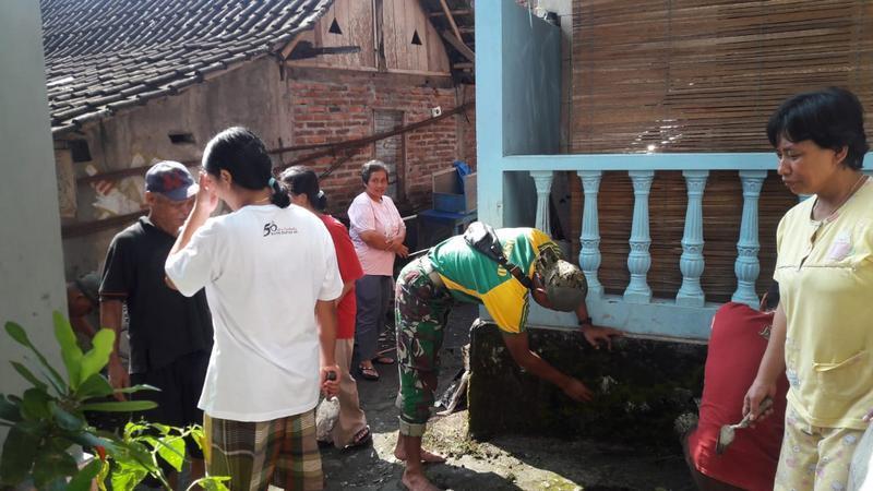 Gotong Royong Yonarmed 11 Kostrad di Desa Binaan