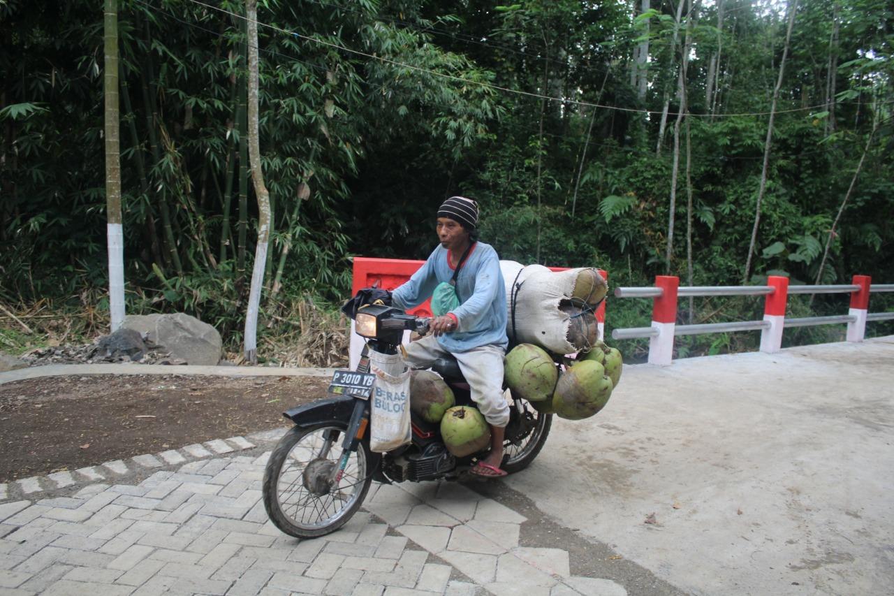Jumali Pedagang Kelapa Dapat Melintas Dengan Nyaman Dijalan Paving Garapan TMMD Jember