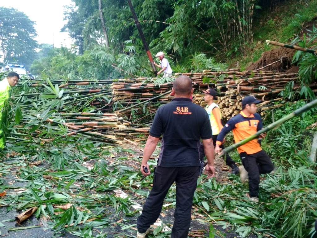 Jalur Jogya – Semarang Sempat Tersendat Akibat Tebing Longsor