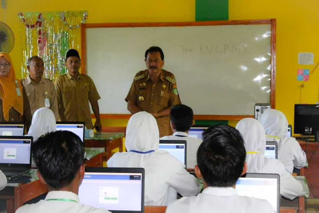 Bupati Ferry Ramli Pantau UNBK Tingkat SMP/MTS Di Kabupaten Benteng