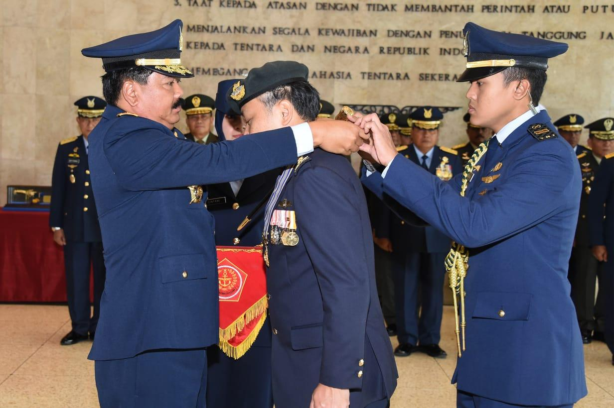 Panglima TNI Sematkan Bintang Swa Bhuana Paksa Utama Kepada Mantan Kasau Singapura