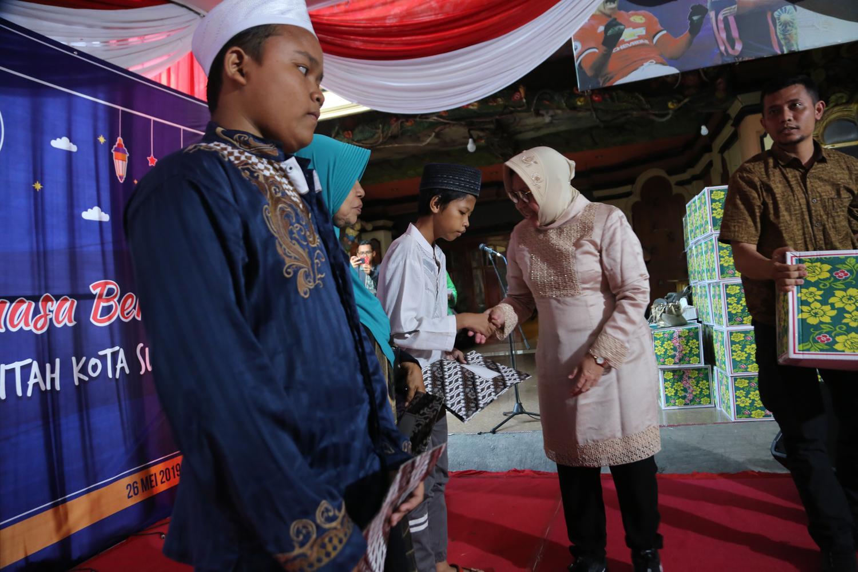 Buka Puasa di Eks Lokalisasi Dolly, Wali Kota Risma Ingin Puasakan Anak-anak