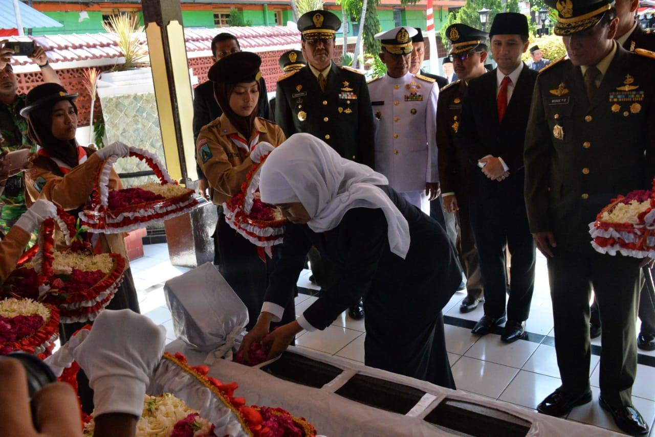 Gubernur Jatim Khofifah Ziarah di Makam Pahlawan Dr. Soetomo