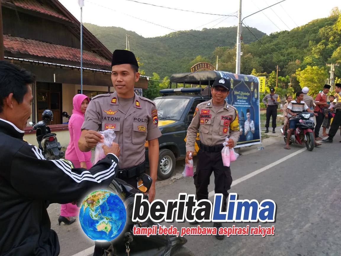Kapolsek Taliwang Bagi Takjil 350 Bungkus Kepada Pengguna Jalan Raya