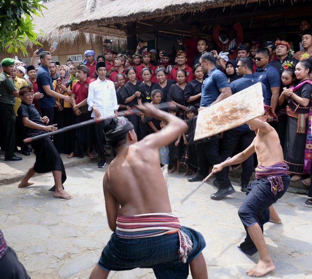 Berwisata Mendadak Usai Salat Jumat, Presiden Kagumi Keunikan Dusun Sade Lambok