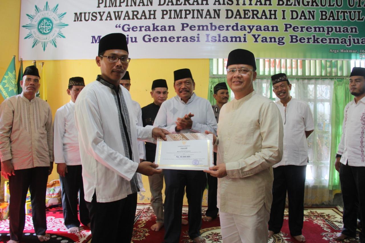 Safari Ramadhan Ke Kabupaten BU, Gubernur Rohidin Salurkan Bantuan