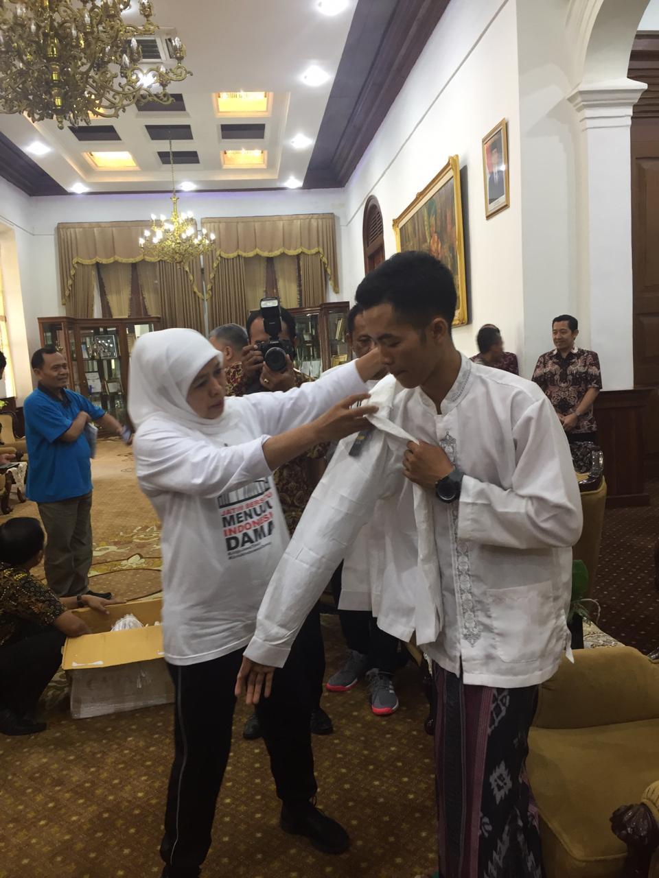 Gubernur Khofifah Sambut Agus Salim Pejalan Kaki Bersholawat dari Pasuruan di Grahadi