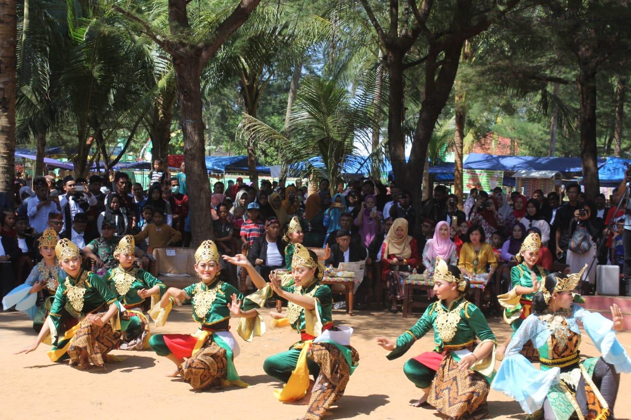 Tari Topak Lobar Awali 'Pesta Rakyat Kupatan dan Festival Ketupat Pantai Slopeng 2019'