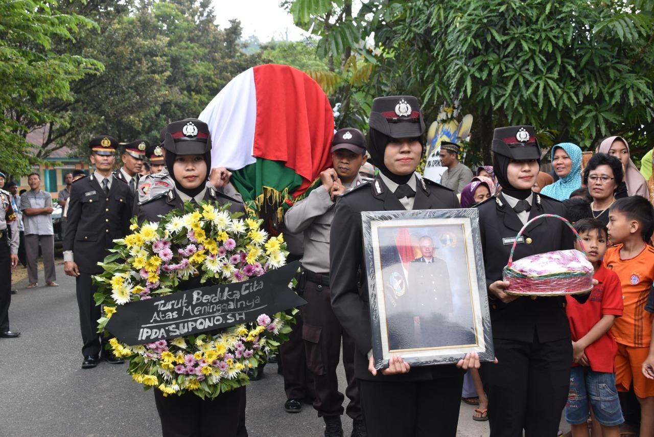 Wakapolres Wonosobo Pimpin Upacara Pemakaman Anggota Polri