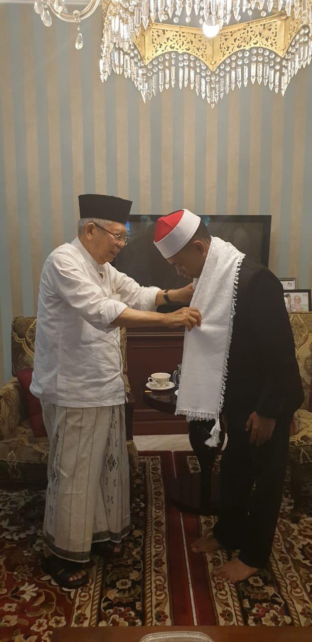 KH. Ma'ruf Amin Hadiahkan Sorban Kepada Juara MTQ International