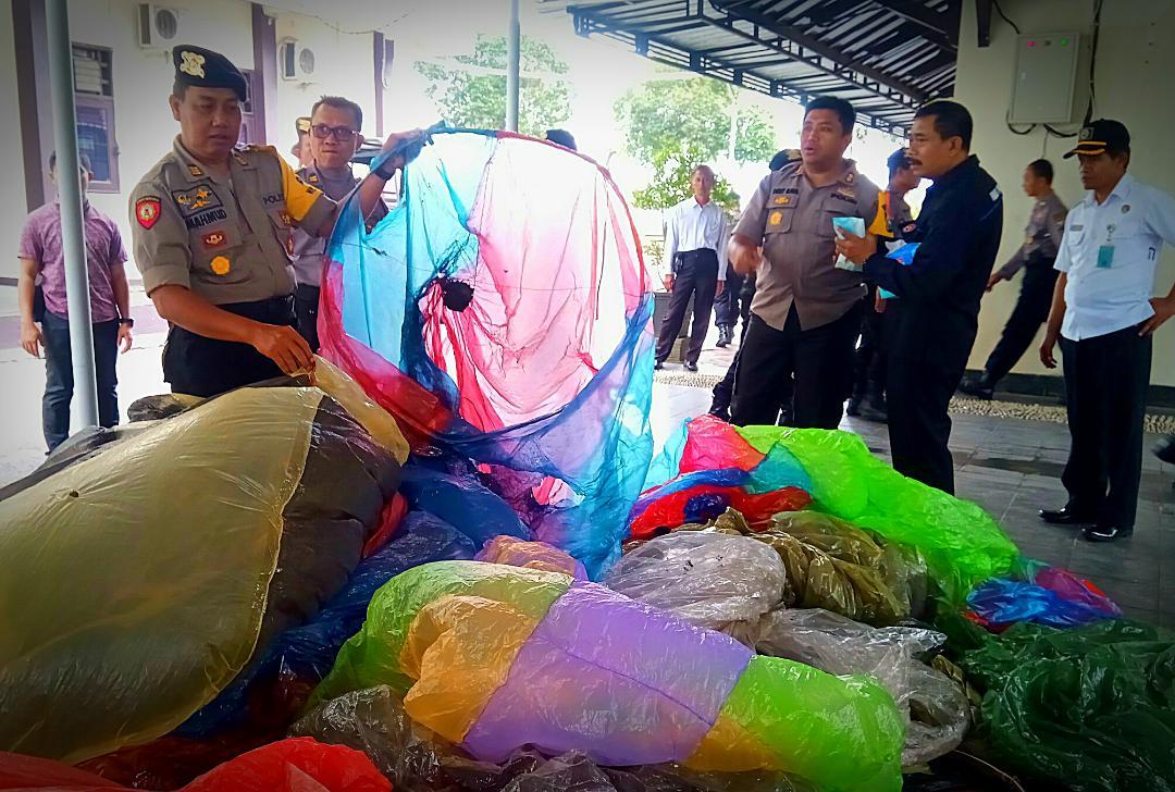 Membahayakan, Puluhan Balon Liar Dimusnahkan Polres Trenggalek