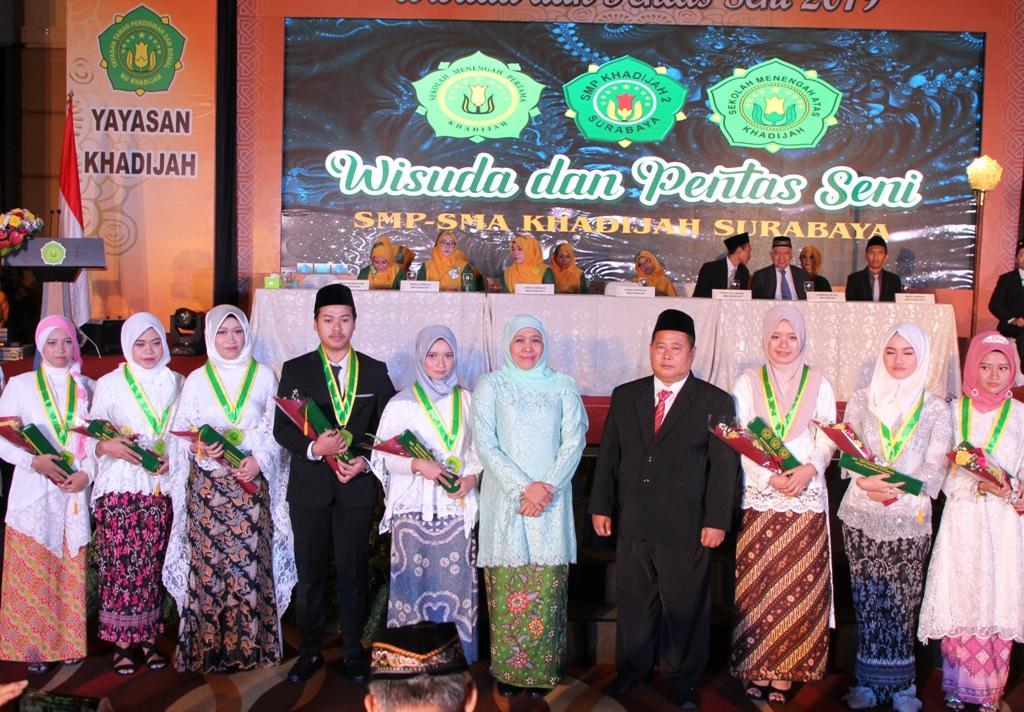Wisuda Siswa Siswi SMP dan SMA Khadijah Surabaya, Gubernur Khofifah Tekankan Tiga Komitmen dan Janji Wisuda