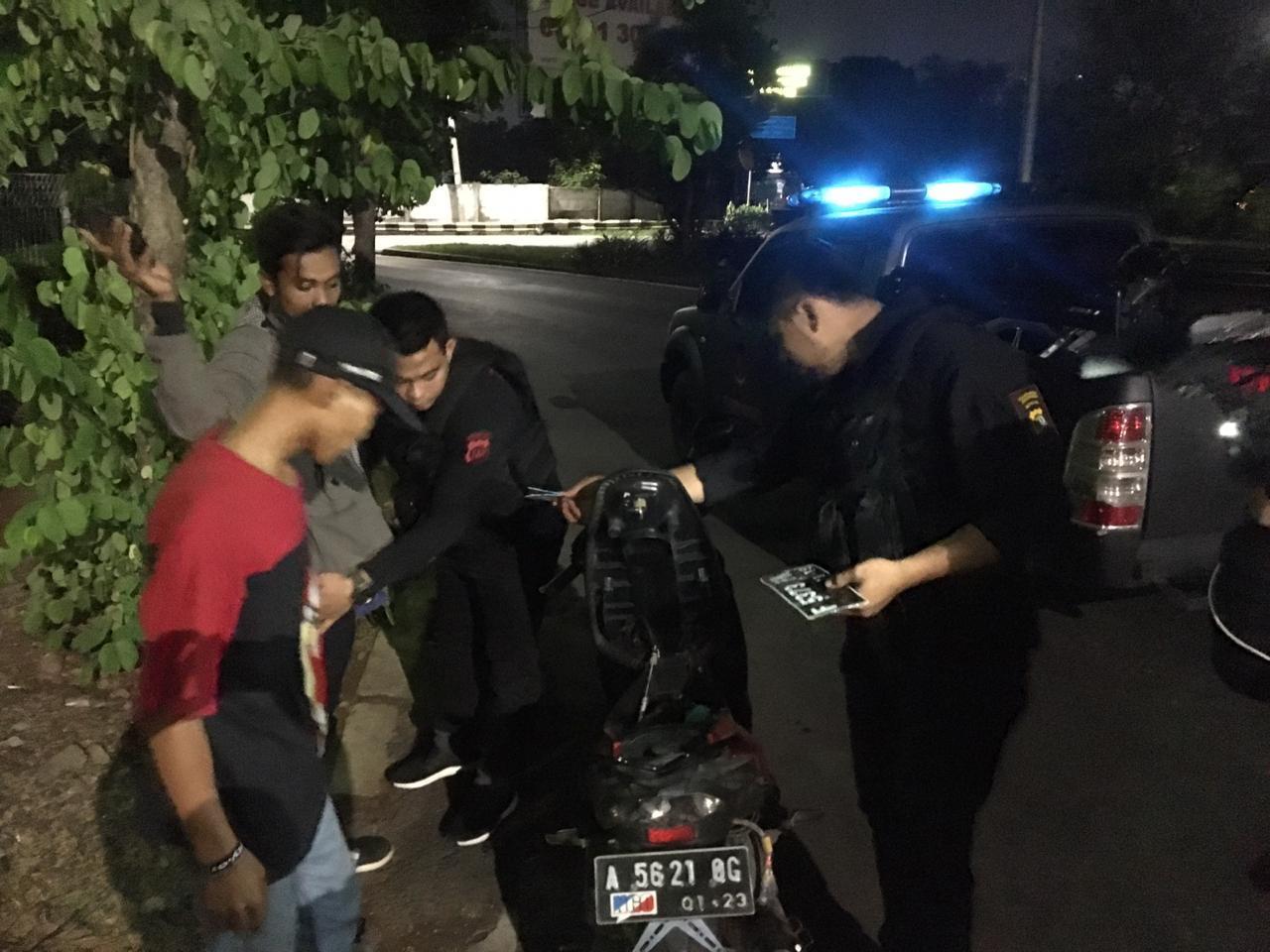 Team Pemburu Preman Polres Jakbar Amankan 2 Pemuda