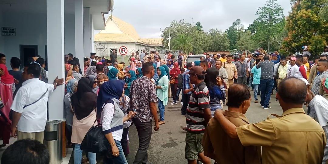 Simpatisan Nurrohmah dan Hendrata Theis, penuhi bandara Emalamo Sanana