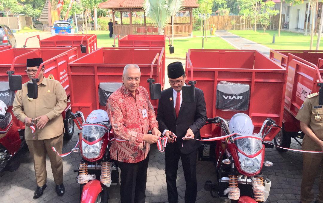 Bank Jatim Beri Bantuan 7 Unit Kendaraan Pengangkut Sampah Kepada Pemkab Bangkalan