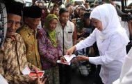 Gubernur Khofifah Serahkan Bantuan Tangan Palsu Pada Widji Fitriani