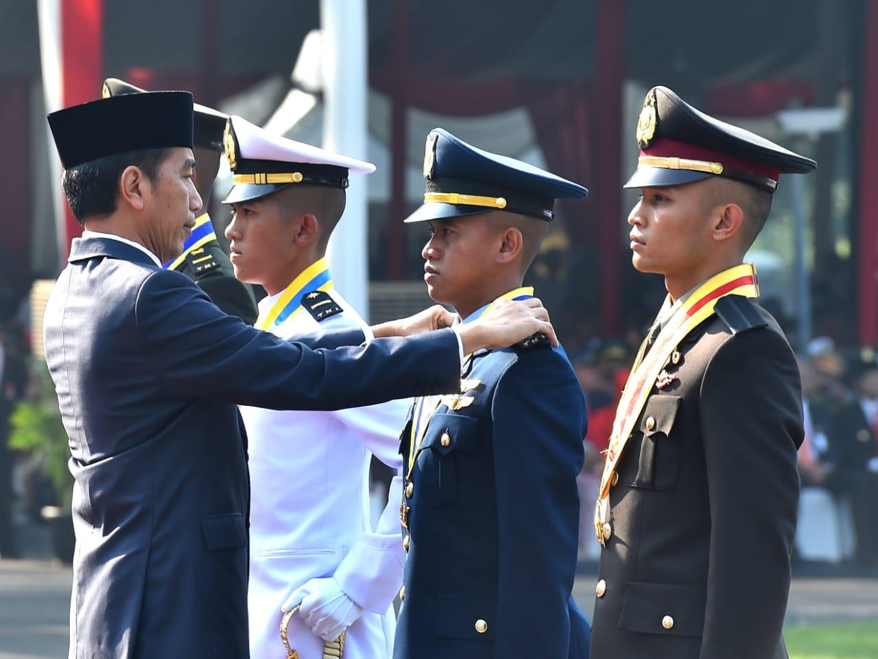 Lantik Perwira TNI-Polri, Presiden Jokowi: Prajurit Harus Ikuti Perkembangan Zaman Dalam Hadapi Tantangan Global