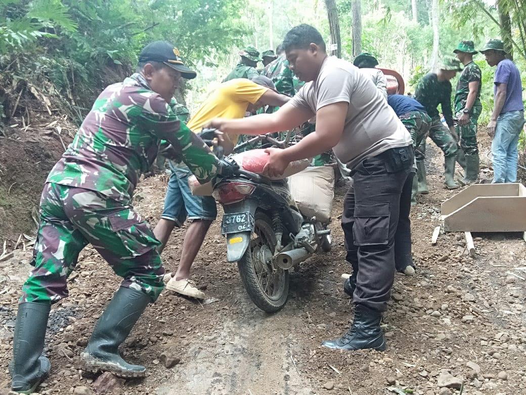 Medan Susah dijangkau, Satgas TMMD 105 Angkut Semen Dengan Motor