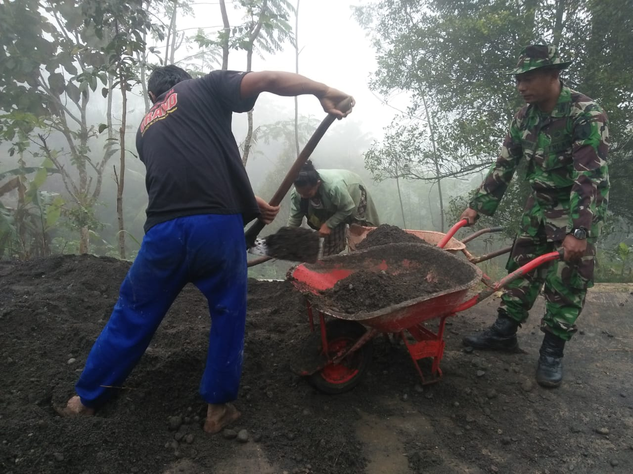Ditengah Cuaca Hujan, Lingsir Material Tetap Jalan