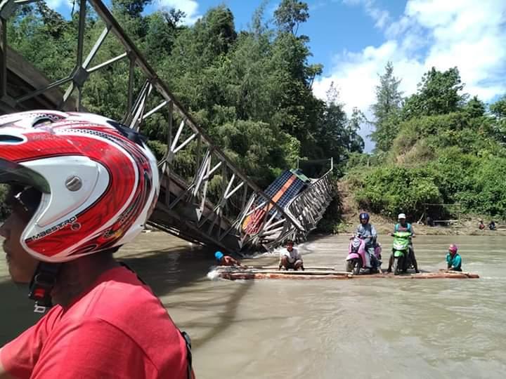 Jembatan Ambruk, Warga di Touna Menyebrang Sungai Naik Rakit
