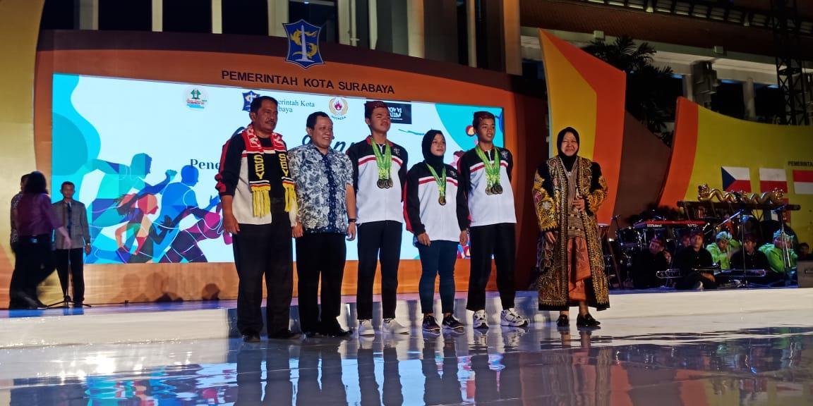 Ketum Koni Surabaya Serahkan Piala Umum ke Walikota