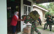 Prajurit TNI Satgas TMMD ke-105 Semakin Akrab dengan Orang Tua Asuh