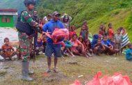 Prajurit Satgas Pamtas RI-PNG Yonif Raider 514/SY Bantu Warga Kampung Yambi