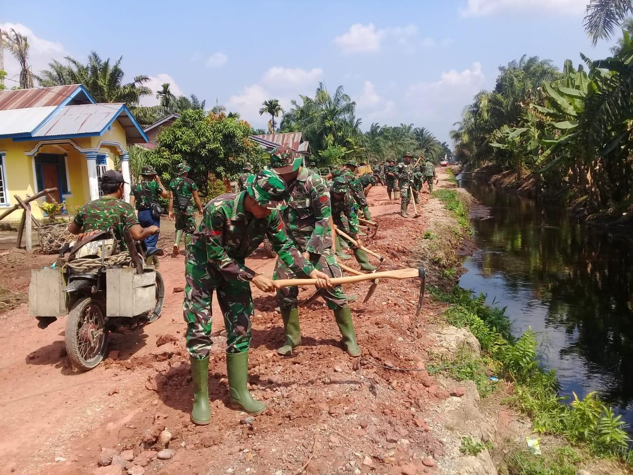 Penimbunan badan  TMMD Ke-105 Menghubungkan Dua Desa Masih Tahap Pengerjaan