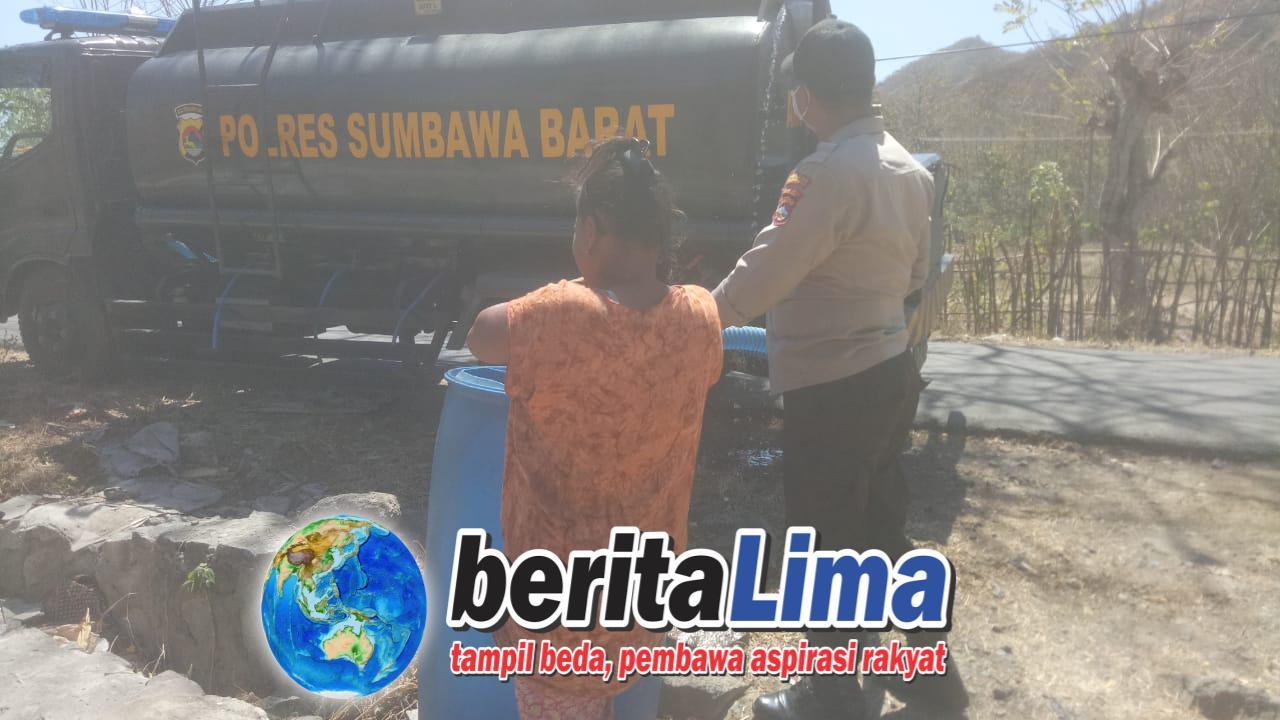 "Anggota Samapta Polres KSB ""Baksos"" Bagikan Air Bersih Kepada Masyarakat"
