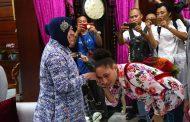 Pertemuan Wali Kota Risma Bersama Lenis Kogoya Berlangsung Hangat dan Penuh Canda