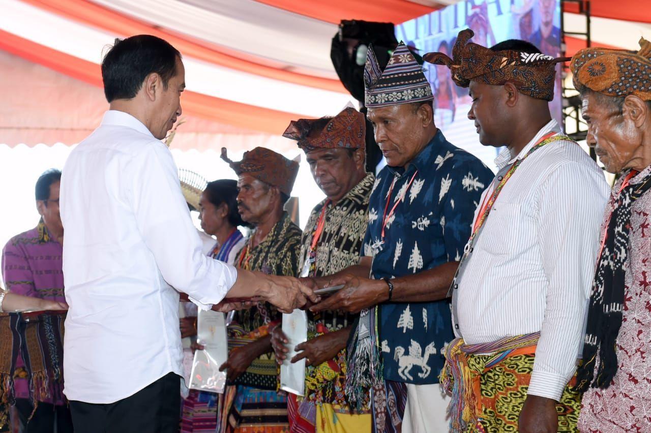Presiden Jokowi Serahkan 2.706 Sertifikat Tanah untuk Masyarakat di Kupang
