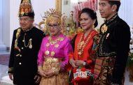Momen Presiden Jokowi Menyalami Komandan Upacara