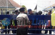 Ratusan Petani Tembakau Luruk Kantor Perwakilan PT Bentoel di Pamekasan, Wartawan Dihadang Satpam