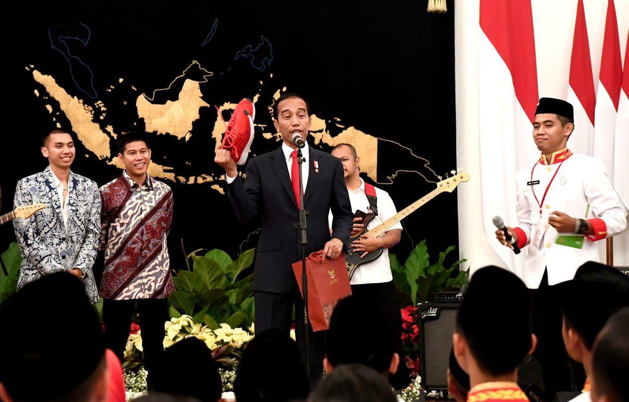 Jelang Penurunan Bendera, Presiden Jokowi Sapa Tamu Undangan dan Masyarakat