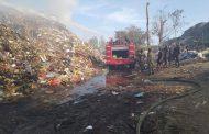 TPA Desa Temesi Terbakar, Yonzipur 18/YKR Kerahkan Personil dan Backhoe Loader Bantu Padamkan Api