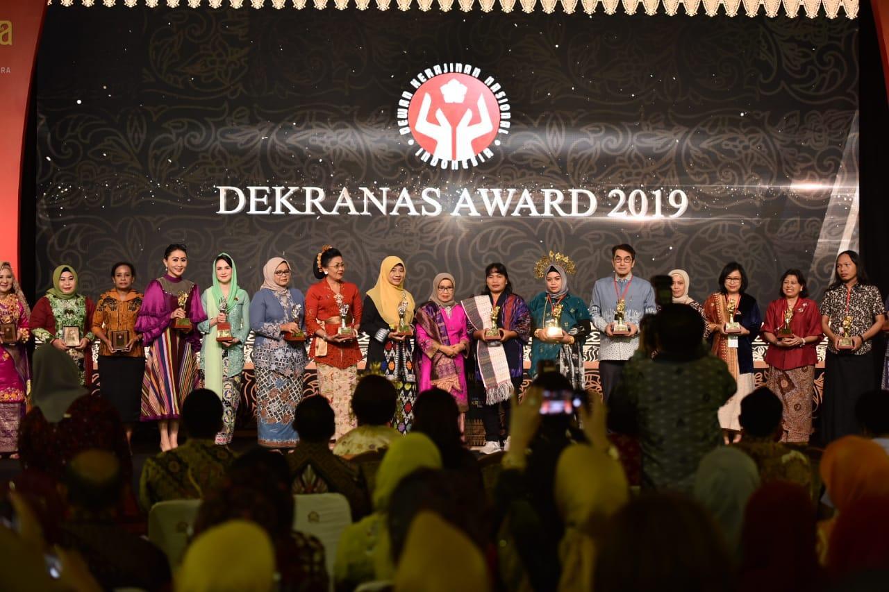 Dekransda Jatim Terima Penghargaan Lembaga Pembina Teladan di Dekranas Award 2019