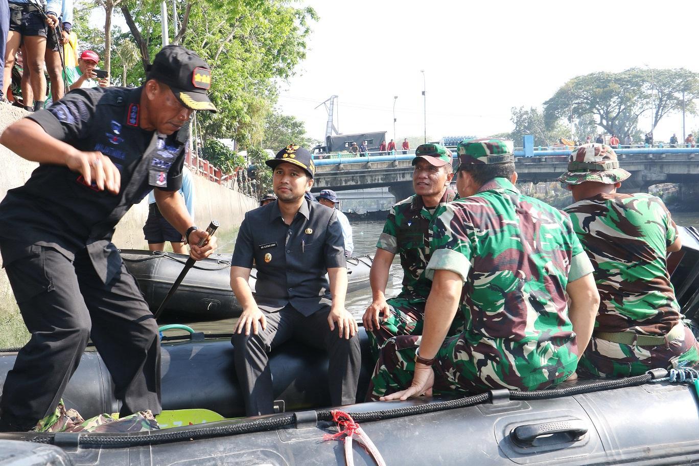Emil Dardak Apresiasi Karya Bakti TNI Bersih-Bersih Kalimas Surabaya