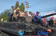 Tawa Riang Anak-anak Naik Kendaraan Tempur TNI Bersama Pejabat Situbondo