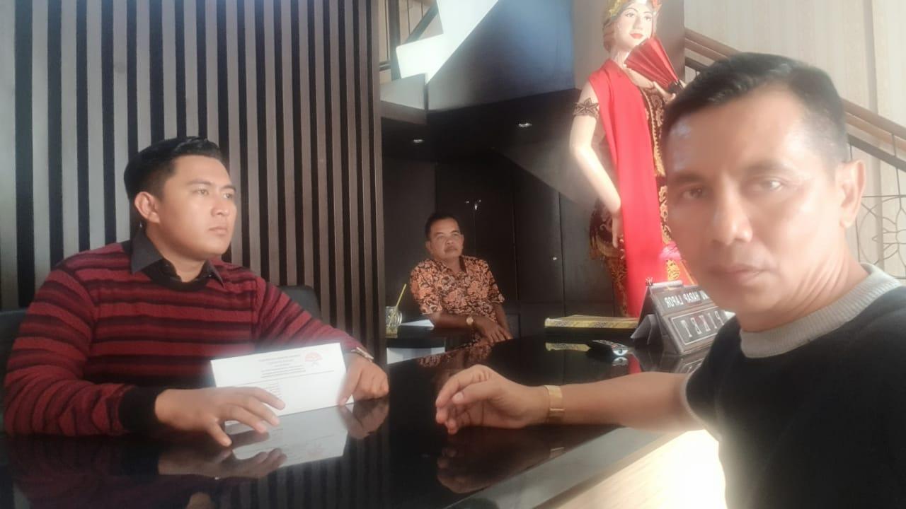 Diduga Palsukan Bukti Pembayaran Pabrik, Pelaksana Proyek Pelebaran Jalan Dilaporkan Ke Kejari Banyuwangi