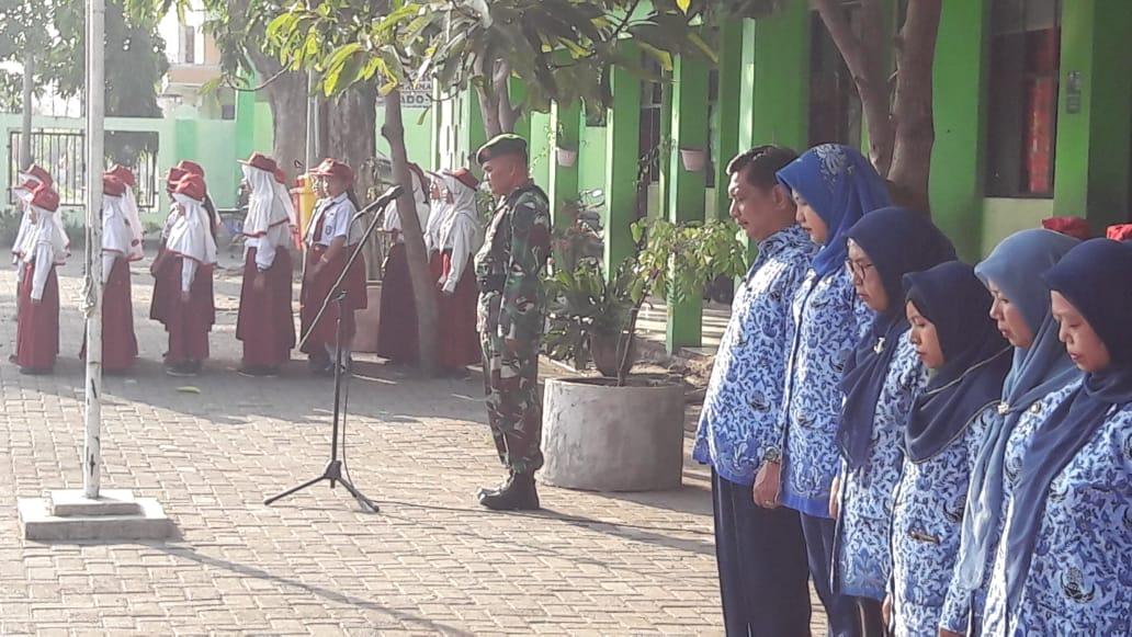 Babinsa Koramil Benowo Pimpin Upacara Bendera di SDN Babat Jerawat