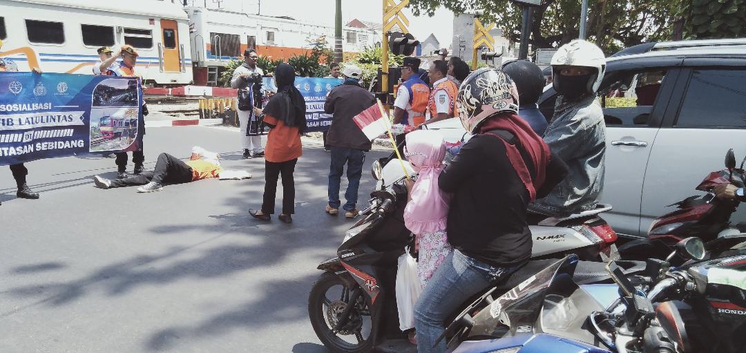 Daop 8 Surabaya Sosialisasikan Keselamatan Berlalu Lintas di Perlintasan