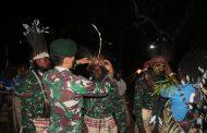 Anggota Satgas Yonif 411 Kostrad Ikuti Syukuran Adat Tiga Putra Suku Kanum Jadi Prajurit TNI