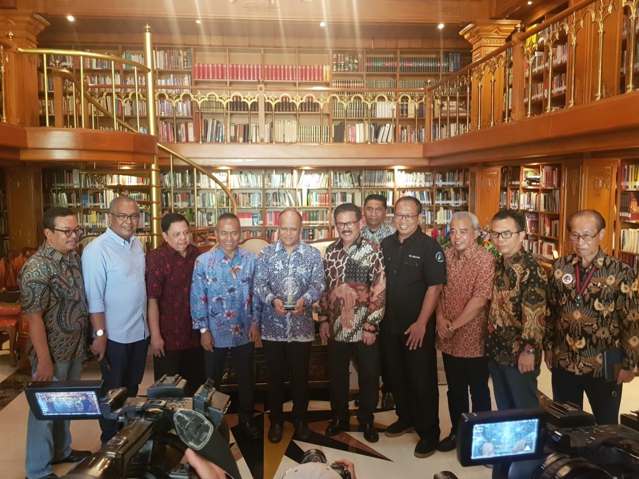 PWI Berikan Anugerah Bapak Kemerdekaan Pers Indonesia Kepada B.J Habibie