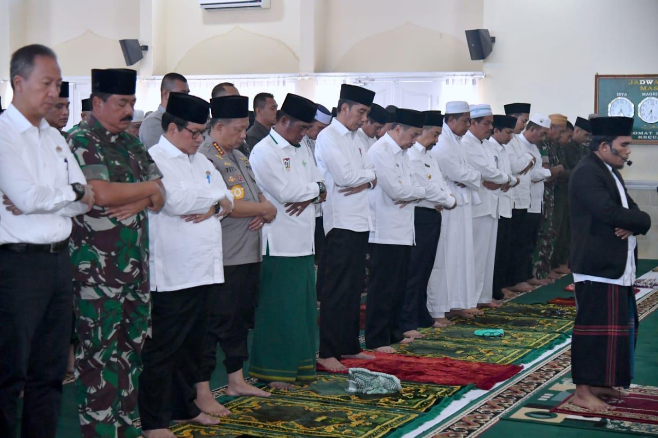 Sebelum Tinjau Kebakaran Hutan di Riau, Presiden Jokowi Laksanakan Salat Istiska