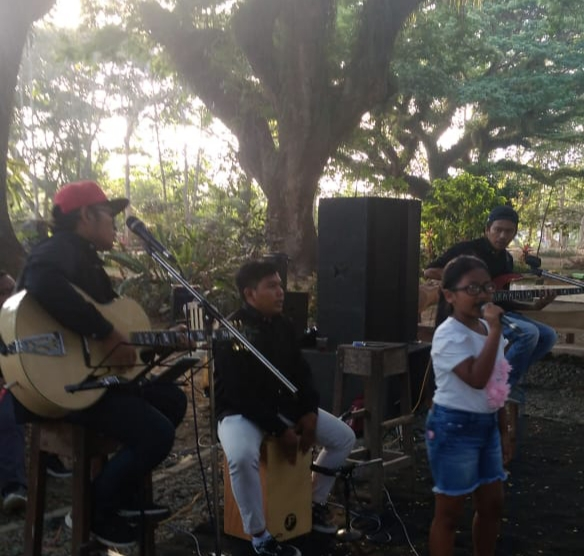 Keren….!! Peforma Band Gong Akustik Bersama Tisye Priska, Mampu Sihir Pengunjung De Djawatan