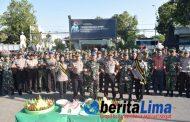 HUT TNI ke-74, dengan Berjalan Kaki Polres Situbondo Beri Kejutan Nasi Tumpeng ke Dandim 0823