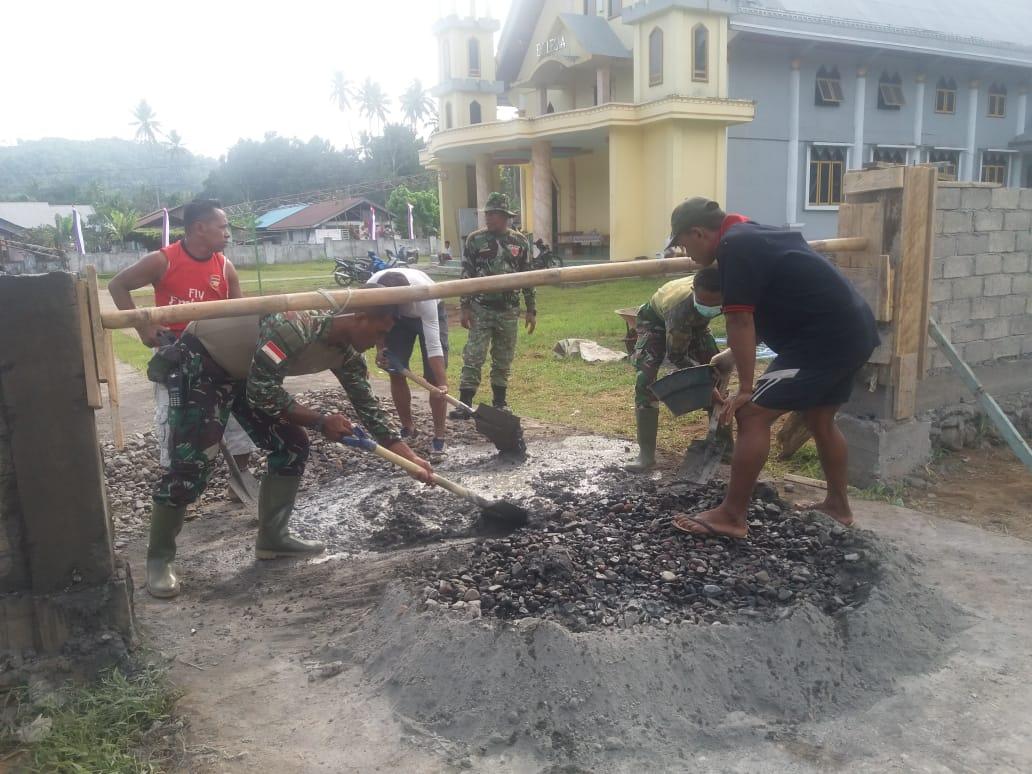 Satgas TMMD ke 106 bersama Masyarakat Gotong Royong Membangun Pagar Gereja